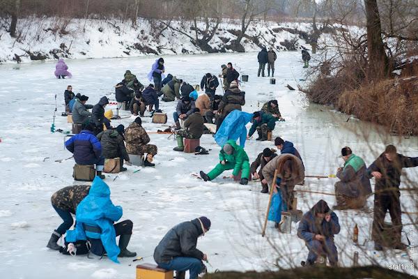 Рибалки на річці Горинь взимку