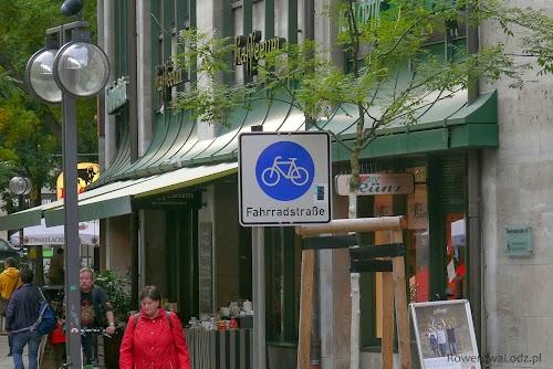 Droga z pierwszeństwem dla rowerów. Mogą na nią wjeżdżać samochody, ale bezwzględne pierwszeństwo ma na niej rowerzysta.