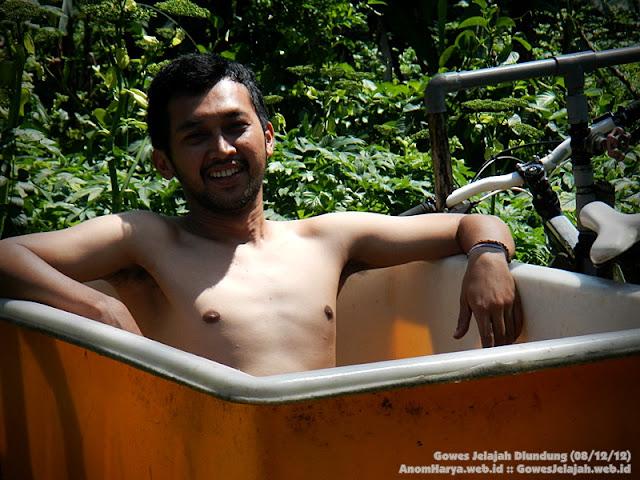 Wajah sang penemu spot sauna (Mas Handa) di tengah track Dlundung