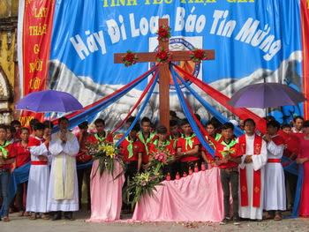 Giới trẻ giáo xứ Vô Hốt đón Thánh Giá ĐHGT