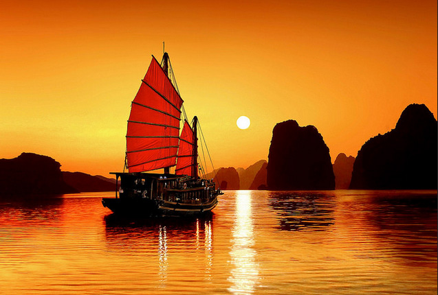 Vịnh Hạ Long lúc bình minh