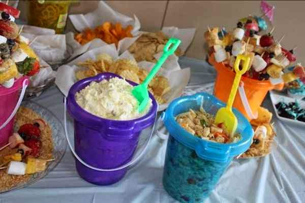 Decoracion de una mesa con bocaditos para los invitadores de una fiesta para niños