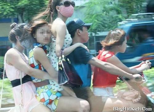Hình ảnh các cô gái vi phạm an toàn giao thông vì chở quá nhiều người