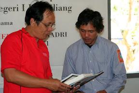 Corporate Secretary Tempo, Kang Rustam F. Mandayun dan Ketua DP Wanadri Kang Ardiles Leonardo. Saat penyerahan simbolis buku-buku dari Tempo kepada Wanadri