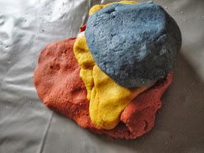 Empreintes préhistoriques, couleurs du Moyen-âge et épices Indiennes