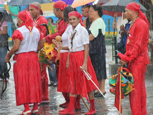 Diablos de Yare en la lluvia en el día de Corpus Christi en San Francisco de Yare, Municipio Bolivar, Miranda Venezuela