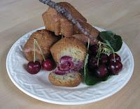 Petits cake au cerises et à la pâte d'amandes - recette indexée dans les Desserts