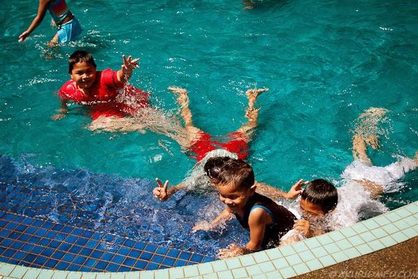 adik beradik koning mandi kolam