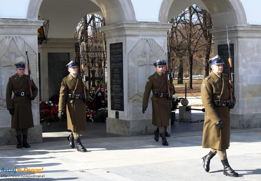 Warszawa grób Nieznanego Żołnierza - zmiana warty