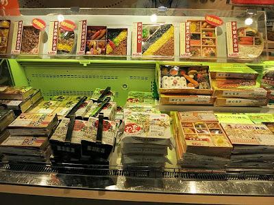 新幹線構内売店の弁当コーナーに並ぶ東筑軒かしわめし