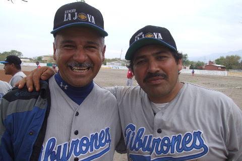 Daniel Villarreal y Ever García de Tiburones en la Liga de Beisbol de Salinas Victoria.