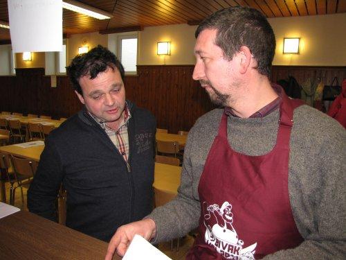 Guy en Johan overleggen nog even wie wat juist gaat doen.