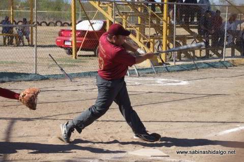 Sergio Solís bateando por Maypa Trucking en el softbol sabatino