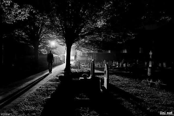 ảnh đi vào nghĩa trang trong đêm