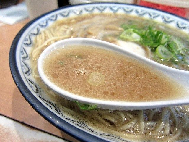 豚骨スープはかなり濃い目
