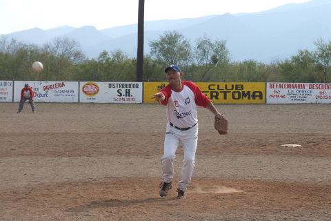 Santos Serrato de Tiburones en el softbol del Club Sertoma