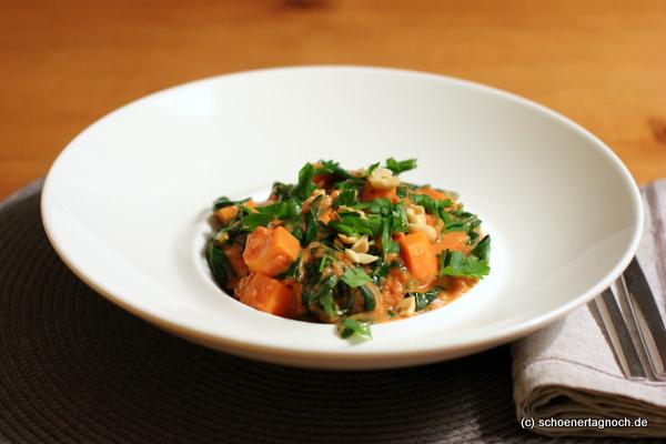 Veganer Erdnusseintopf mit Süßkartoffeln und Babyspinat