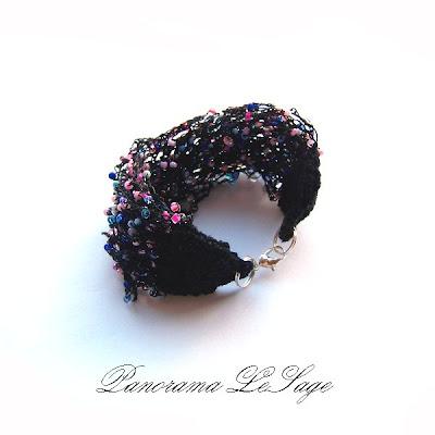 Bransoleta szydełkowa Rosa Panorama LeSage Biżuteria szydełkowa z drobnymi koralikami szklanymi jablonex i inne Rosiczki kolczyki szydełkowe komplet WOŚP Naszyjnik Rosa