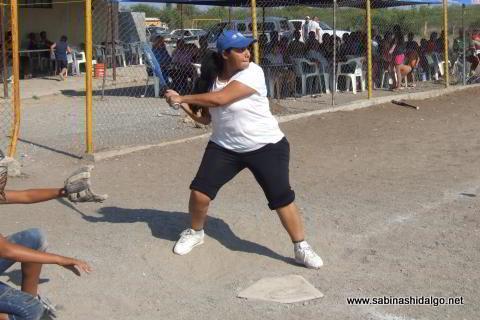 Verónica Román bateando por Sertoma femenil de softbol