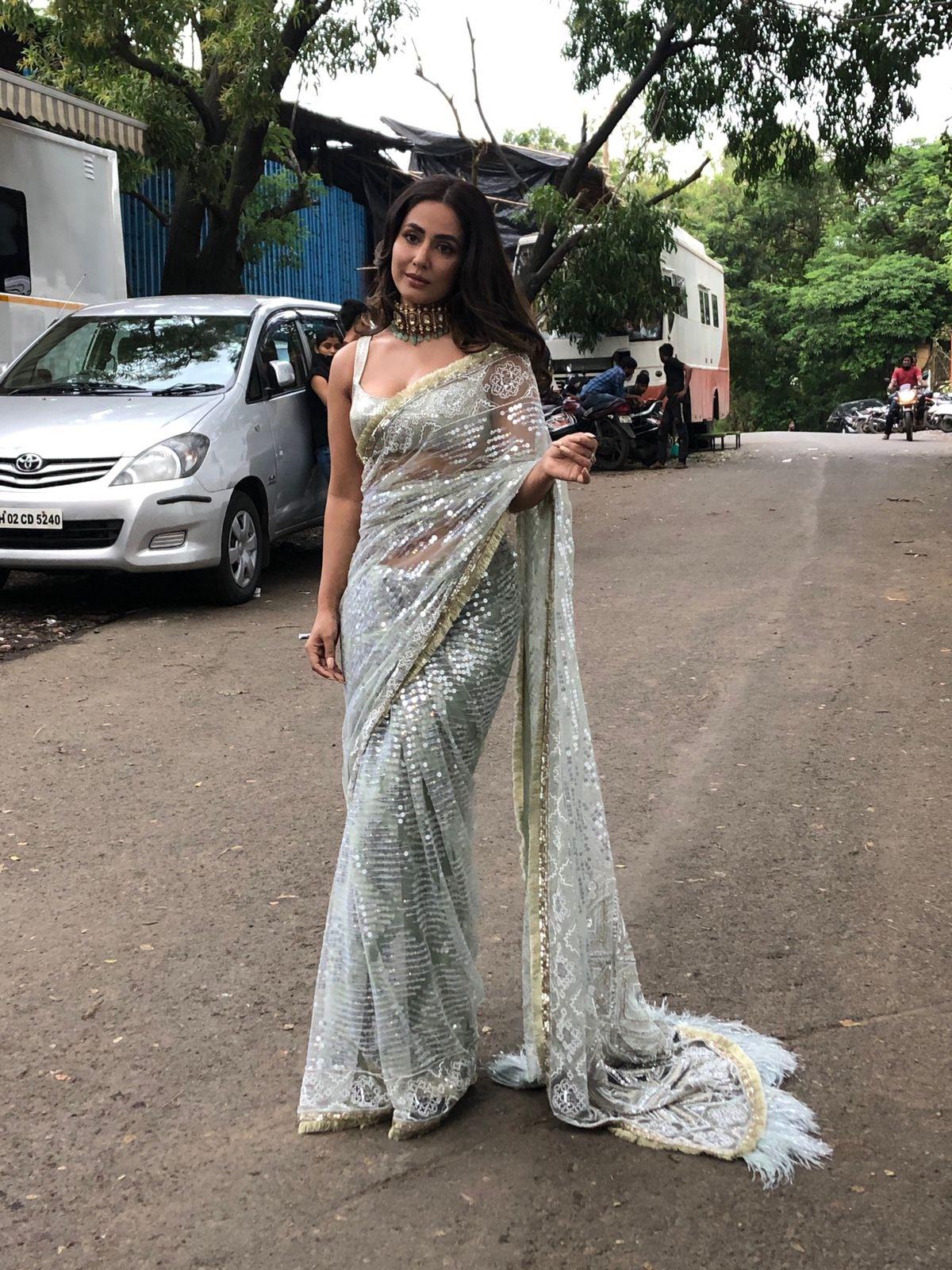 Hina Khan shares a stunning picture in a shimmering saree! #HinaKhan Navel Queens