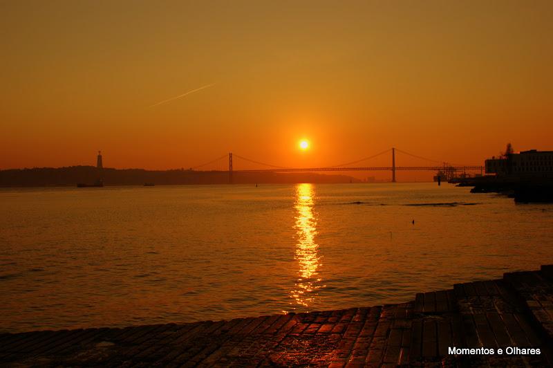 Pôr do Sol em Lisboa, o Tejo e a Ponte 25 de Abril