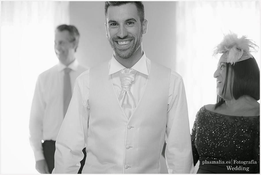 Fotógrafos de boda de Madrid fotografiando al novio en su casa