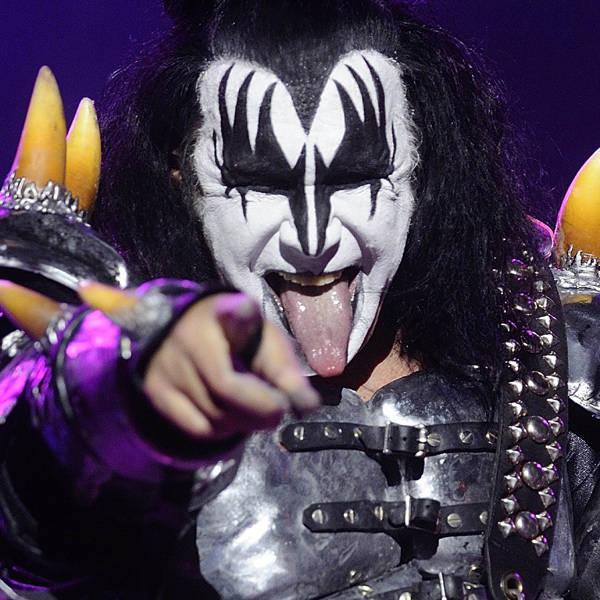 Session photo avec Demon makeup Bassist-rock-band-Kiss-Gene-Simmons