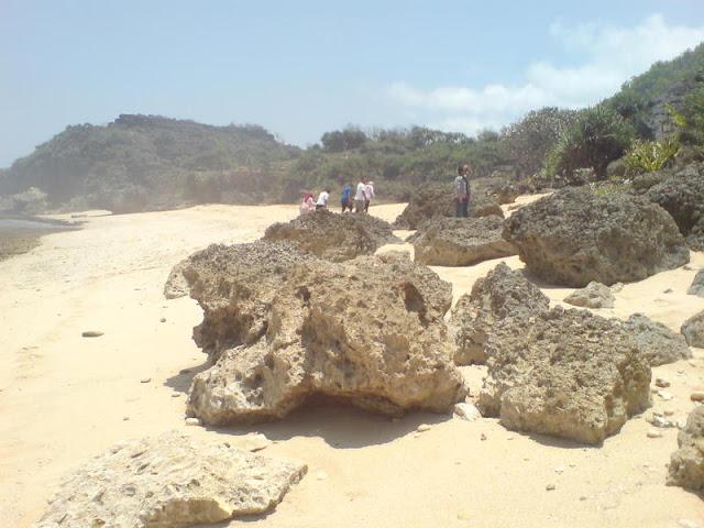 Batuan di Pantai Watu Lawang