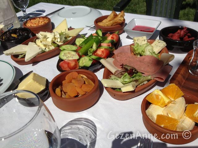 Cumhuriyetköy'deki Beyaz Bahçe'de serpme kahvaltı