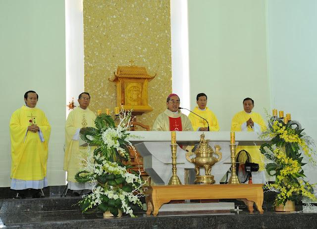 Giáo xứ Phú Phong: Thánh lễ cung hiến bàn thờ mới