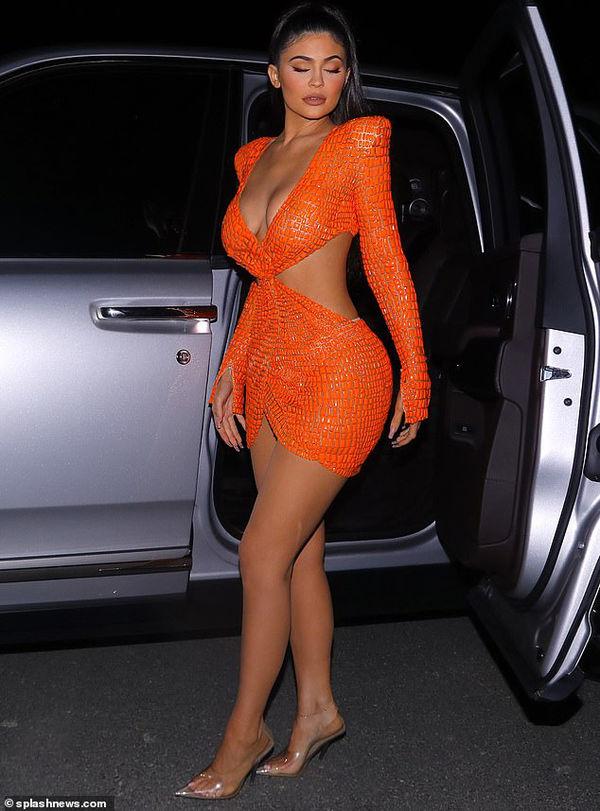 Kylie Jenner khoe đường cong trứ danh trong chiếc váy cắt xẻ tứ phía 400 triệu đồng
