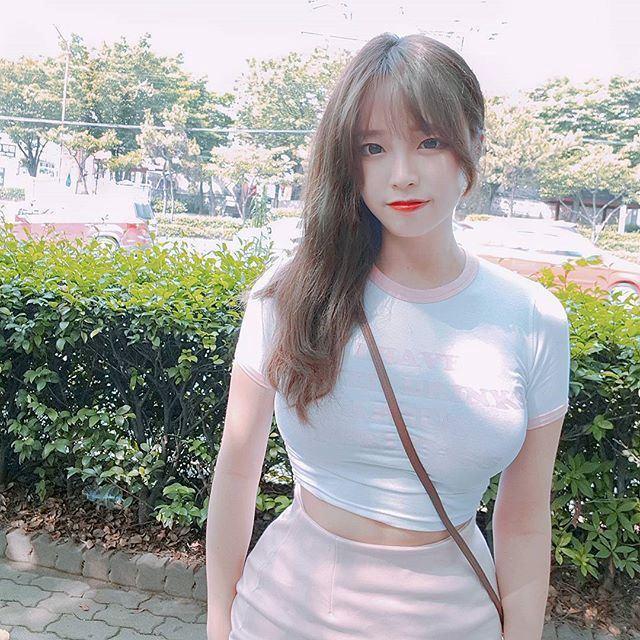 Nữ streamer người Hàn nóng bỏng trong đồng phục nữ sinh đang gây sốt cộng đồng mạng