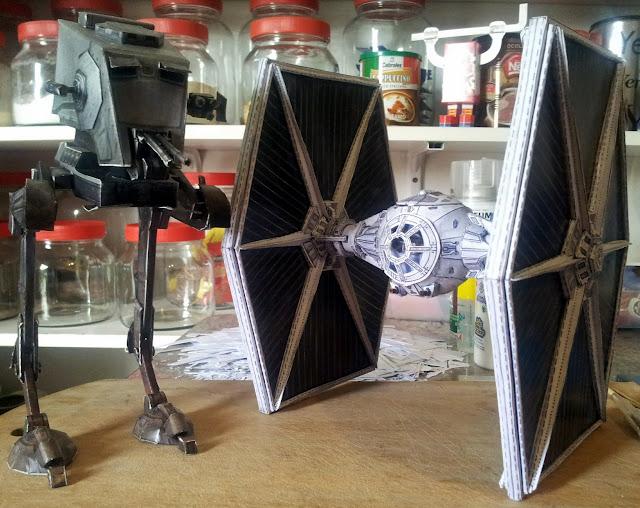 Dos sueños cumplidos en papercraft: AT-ST + Tie Fighter. Ya estoy listo para conquistar el mundo.