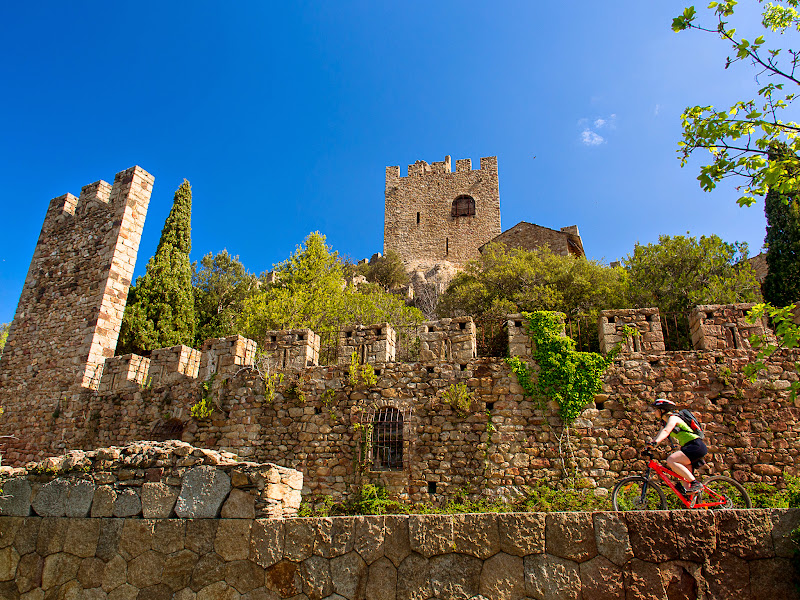 Arribant en bicicleta al castell de Requesens