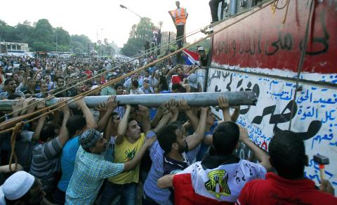 Egyptian people storming the Israeli wall - Cairo