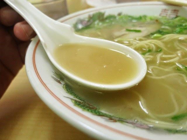 ラーメンのスープをレンゲですくってみた