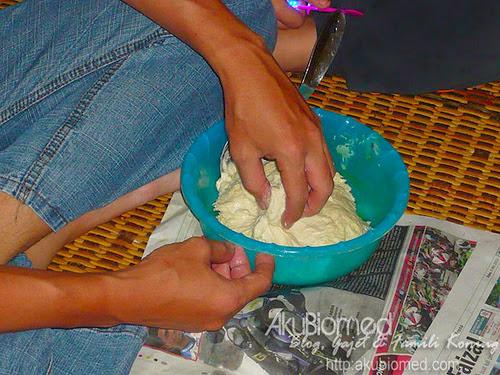 Ambil sedikit adunan tepung