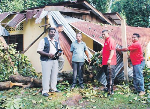 BEBERAPA sukarelawan mengambil maklumat pemilik rumah yang terlibat dalam kejadian ribut di Kampung Padang Lallang Nibong Tebal, Pulau Pinang, semalam.