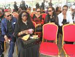 A droite, Tshatsho Mbala et sa delegation rendant hommage à King Kester Emeneya le 01/02/2014 au palais du peuple à Kinshasa, après l'arrivee de la dépouille en provenance de Paris. Radio Okapi/Ph. John Bompengo