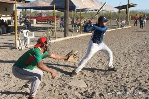Aarón García bateando por Los H de Vallecillo en el softbol del Club Sertoma