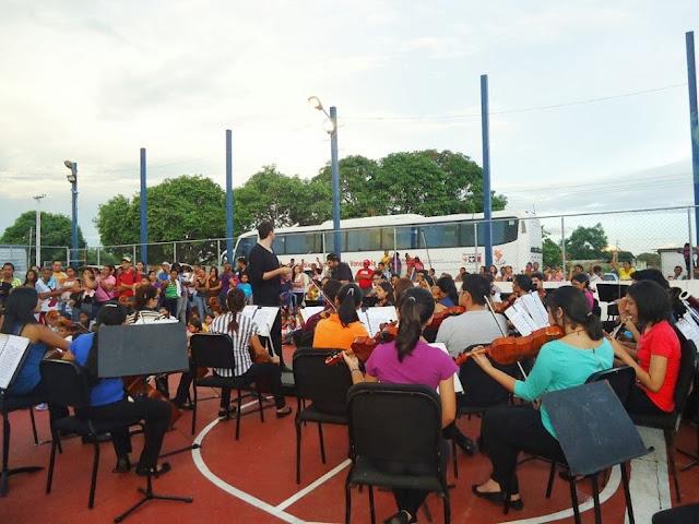 """Orquestas Sinfónica y Juvenil de Guárico tocaron la pieza """"Venezuela""""  para los niños asistentes"""