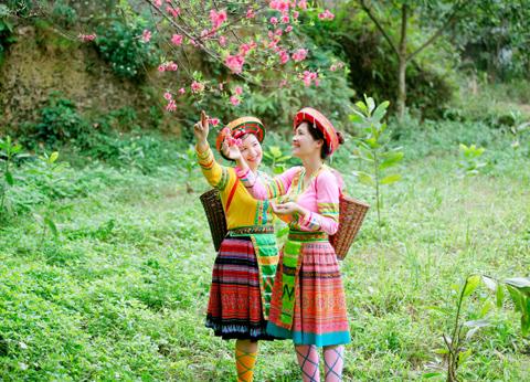 Ảnh 2 cô gái Tây Bắc đi vào rừng vào mùa Xuân