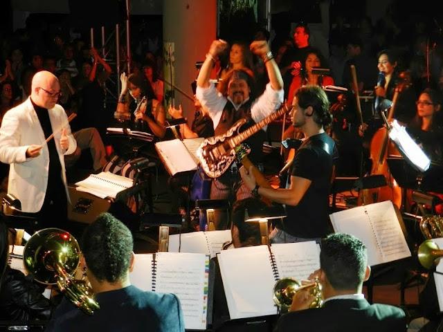 La orquesta de rock sinfónica está compuesta por los instrumentos básicos del rock (guitarra, bajo eléctrico, teclados y batería), más filas de cuerda y metales, junto a un coro de seis voces