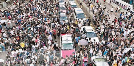 大批示威人士由四方八面佔據夏愨道,現場交通一度大癱瘓。(胡家豪攝)