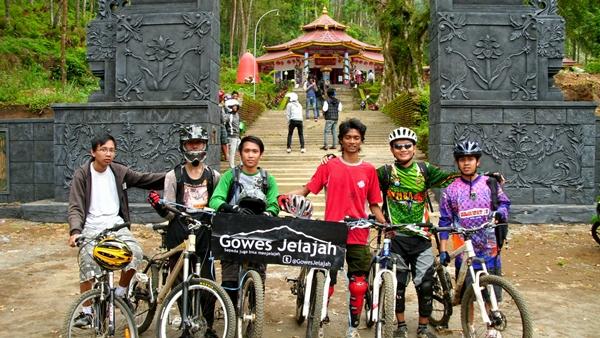 Sampailah kami di kawasan Kraton Gunung Kawi.