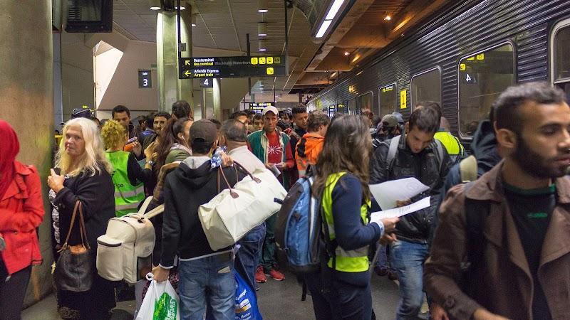 Flyktingar anländer för att gå ombord på nattåg 94