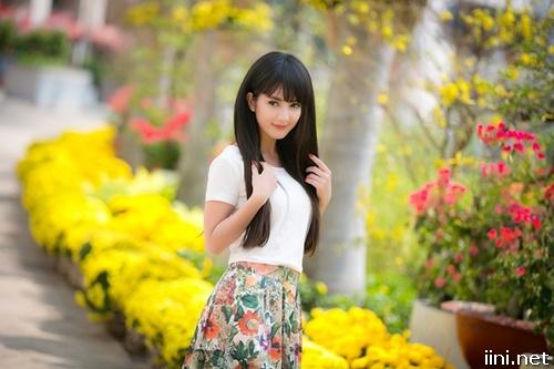 ảnh cô gái bên hoa cỏ mùa xuân