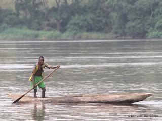 Pêcheur sur le fleuve Congo entre Matadi et Muanda faisant la traversée par pirogue au bord de la cote Angolaise. © Photo Don John Bompengo/juin 2013