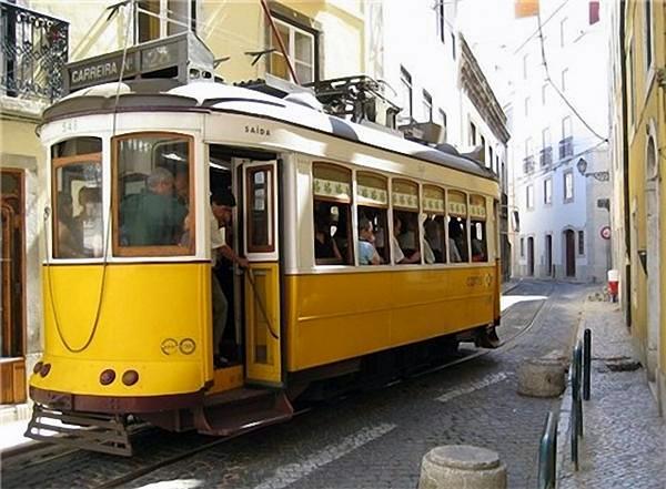 Трамвай 28 в Лиссабоне фото