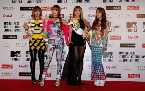 2NE1 on the red carpet | MTV Video music awards Japan 2012